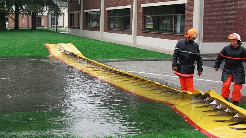 学校への浸水をせき止めるウォーターダム