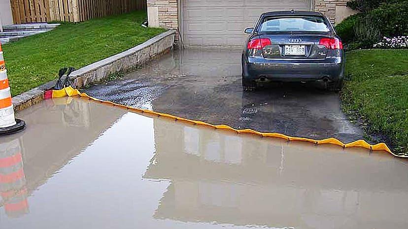 車庫への浸水をせき止めるウォーターダム