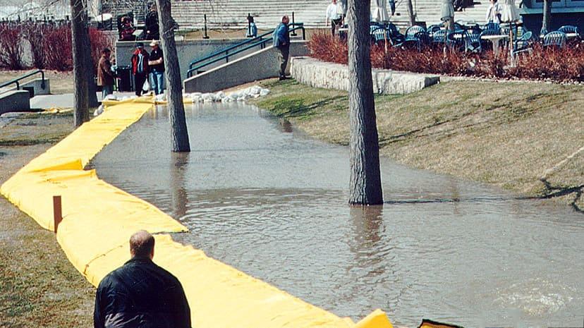 小川からの浸水をやわらげるウォーターダム