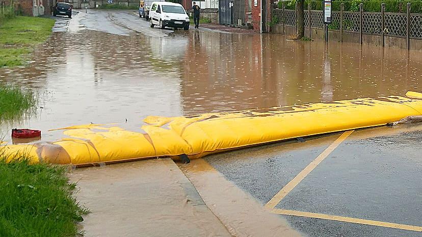 道路で浸水をせき止めるウォーターダム